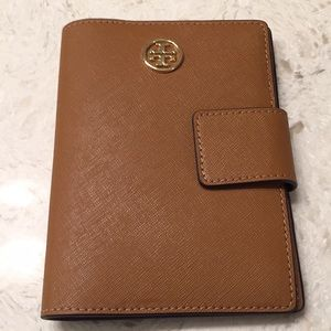 🆕Tory Burch Robinson Passport holder in Leather